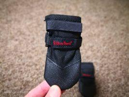 はじめての犬の靴は「履かせやすく脱げない」UltraPaws DurableDogBoots。